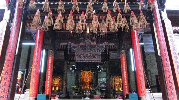 Visit Quan Cong Temple